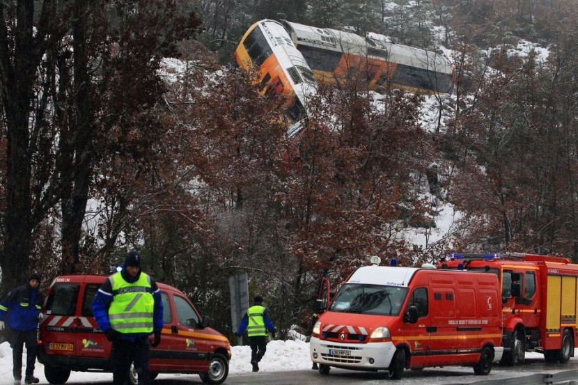 В Альпах сошел с железнодорожных путей туристический поезд