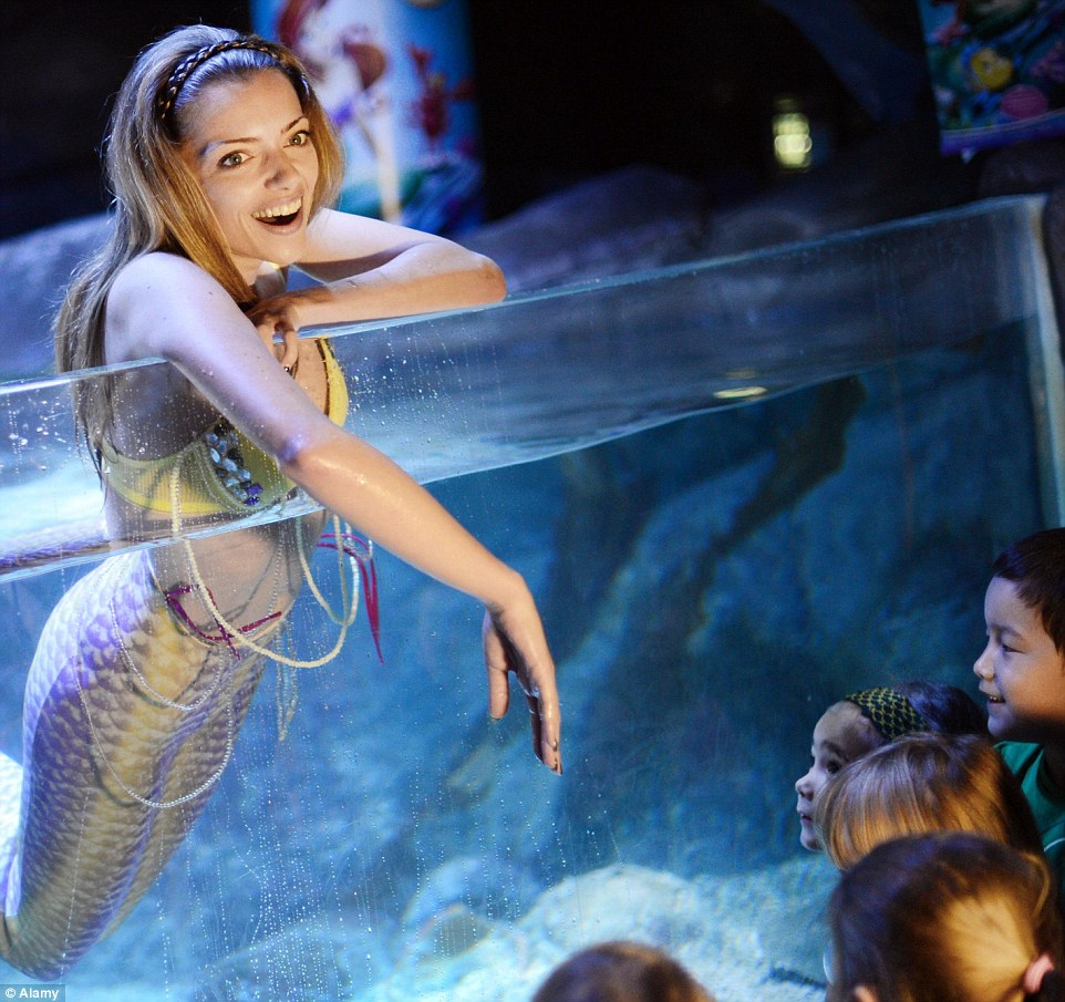 2B12412700000578-3184229-German_actress_Anne_Menden_poses_as_a_mermaid_in_an_aquarium_at_-m-46_1438623756774