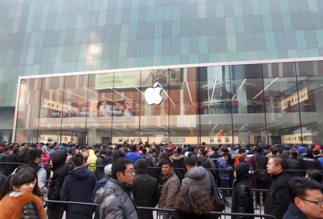 Customers wait for the opening of an Apple store in Shenyang, Liaoning province, February 28, 2015. REUTERS/Stringer