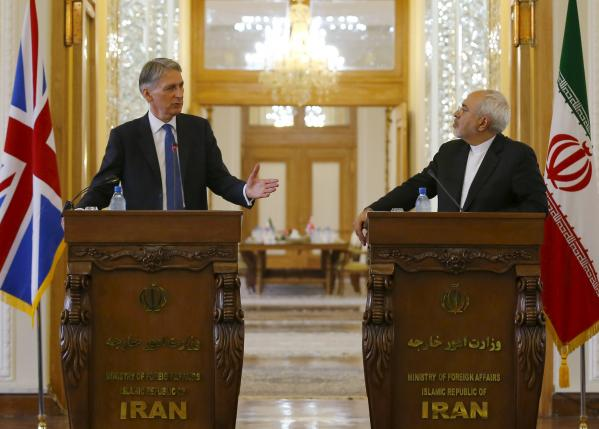 Britain's Foreign Secretary Philip Hammond (L) and Iran's Foreign Minister Mohammad Javad Zarif speak during a news conference at the Ministry of Foreign Affairs in Tehran, Iran August 23, 2015.  REUTERS/Darren Staples