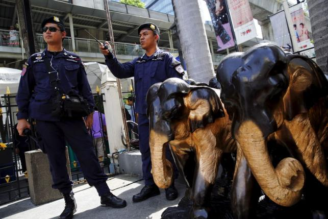 Thai police stand guard at Erawan Shrine, the site of the recent bomb blast, in Bangkok August 30, 2015. REUTERS/Jorge Silva