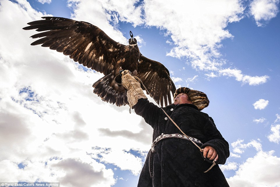 2BE554EF00000578-3219472-Only_around_70_Kyrgyz_and_Kazakh_eagle_hunters_remain_in_the_wor-a-60_1441190146603