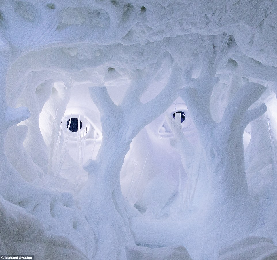 2C13154500000578-3226318-In_a_winter_wonderland_Artists_every_year_design_the_rooms_of_th-m-11_1441717851626