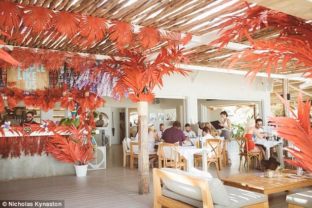 Туристы стремятся на Ибицу, как на наиболее популярный курорт в сентябре