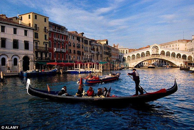 2CB5365100000578-3247274-A_tourist_couple_s_20th_wedding_anniversary_in_Venice_was_ruined-a-2_1443088815651