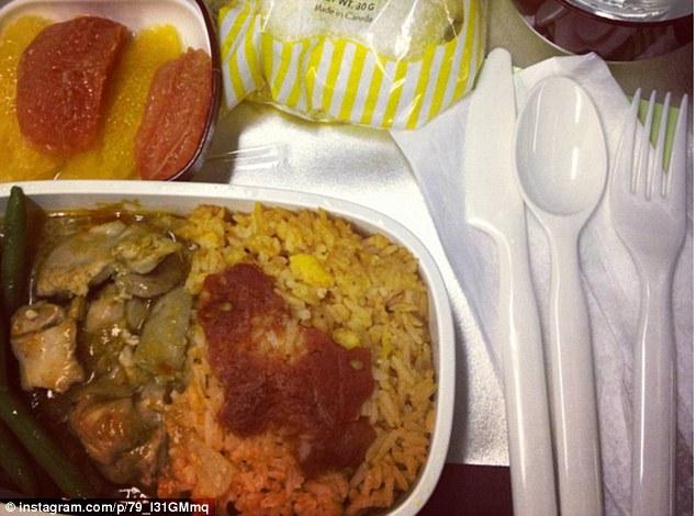 Пассажиры некоторых авиакомпаний отмечают низкое качество еды на борту, выкладывая фото в сеть