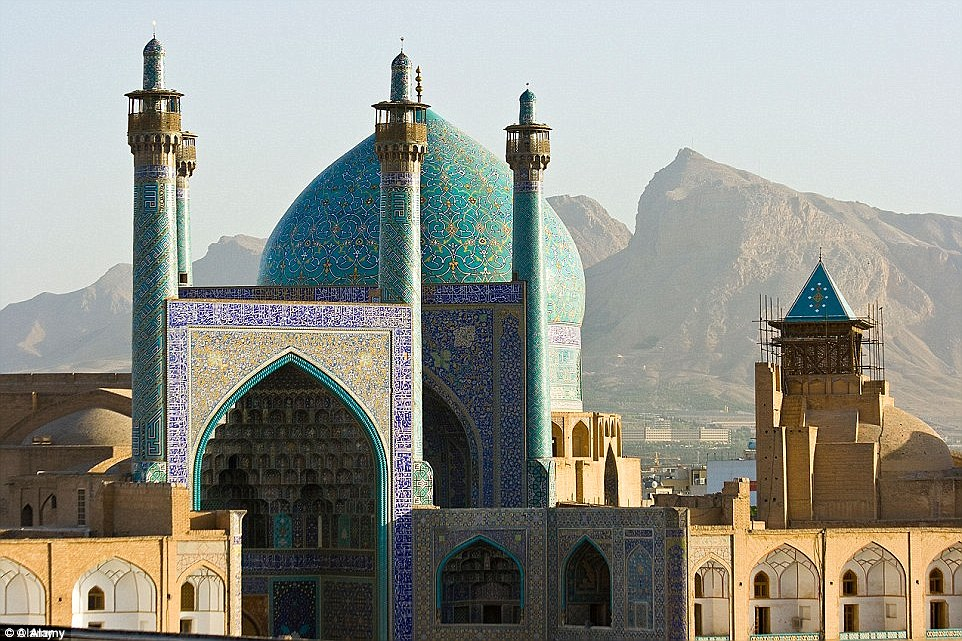 2A9ECFCE00000578-3165132-The_colourful_mosques_and_distinctive_architecture_of_Imam_Squar-a-22_1437141281488