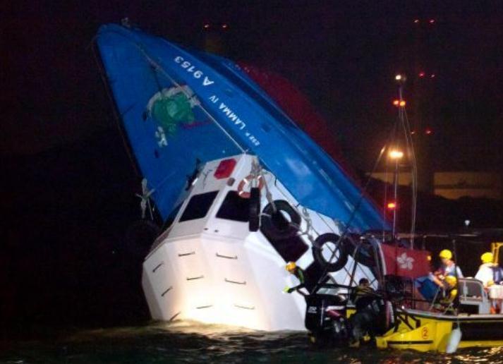 В Гонконге пассажирский паром потерпел крушение