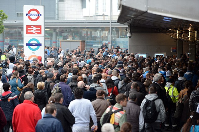 TUBE STRIKE DAY 1 STRATFORD STATION QUEUES AT 06.45AM PICTURE JEREMY SELWYN 29/04/2014