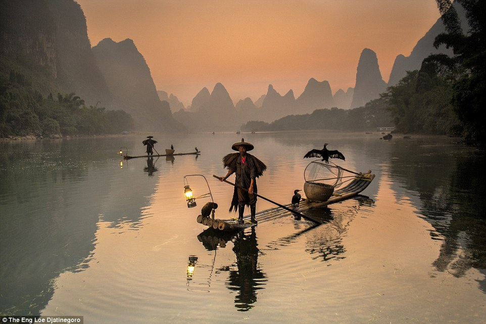 2E08ADB000000578-3300001-Fishermen_while_catching_fishes_from_Li_River_in_the_northeast_o-a-68_1446458276780