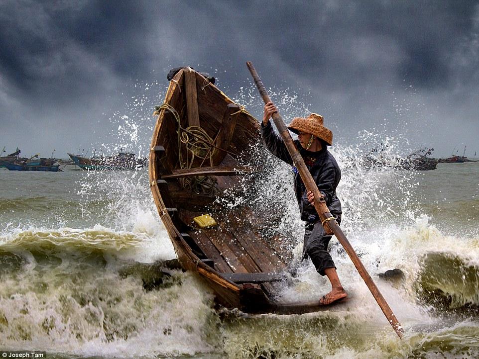 2E08ADEC00000578-3300001-Open_colour_Honourable_mention_Braving_the_storm_by_Joseph_Tam_T-a-72_1446458827384