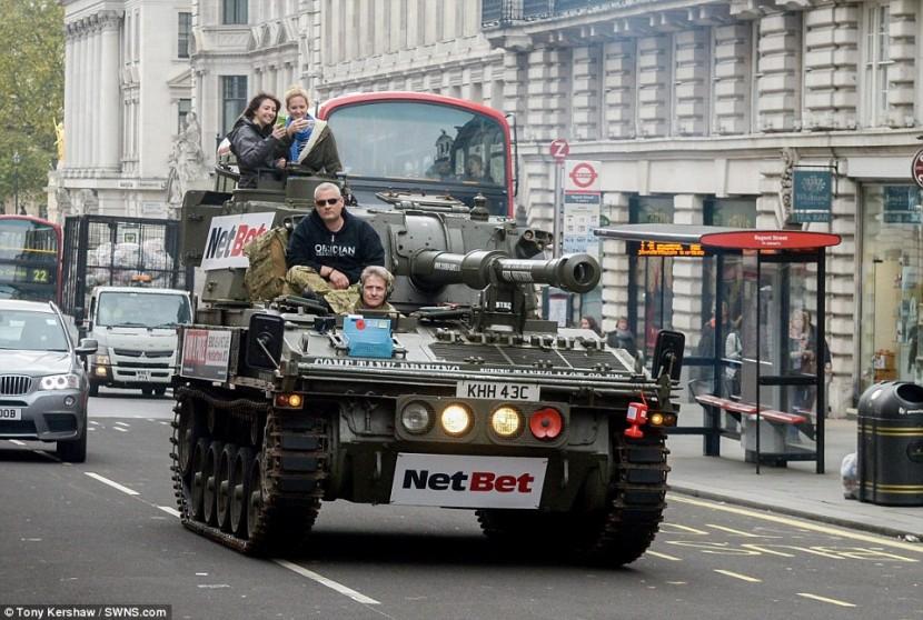 В Лондоне устраивают необычные экскурсии на танке