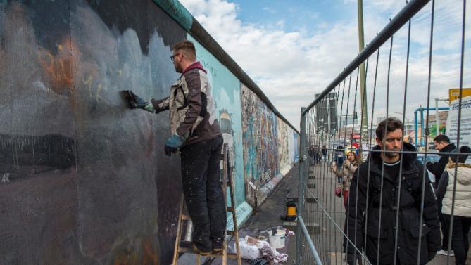 В Берлине знаменитую Берлинскую стену оградят от вандалов и уличных художников