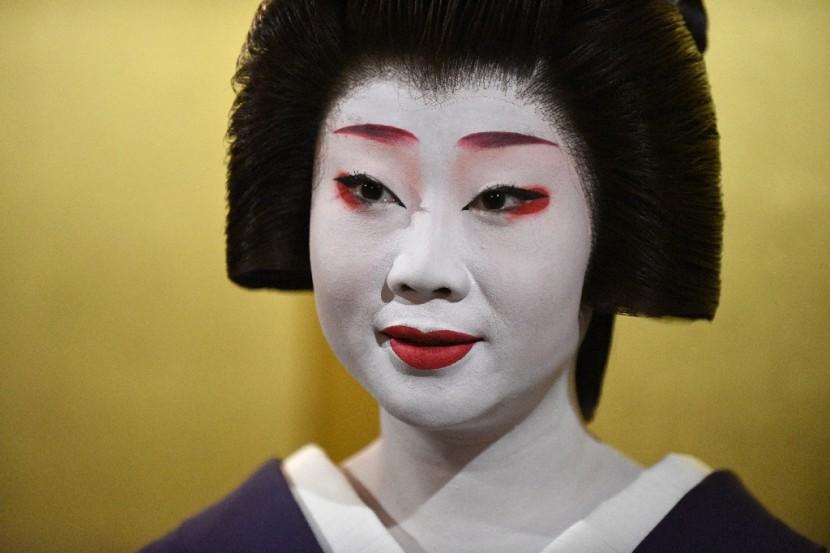 В Японии активно защищают гейш от фаст-фуда
