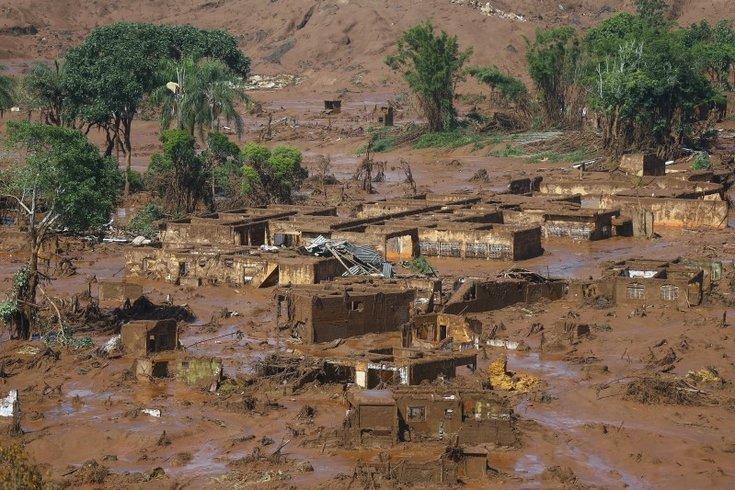 В бразильском городе Мариана разрушены две дамбы; произошло наводнение