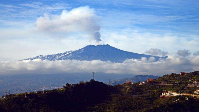 Вулкан Этна в Италии впервые за последние двадцать лет изверг пламя