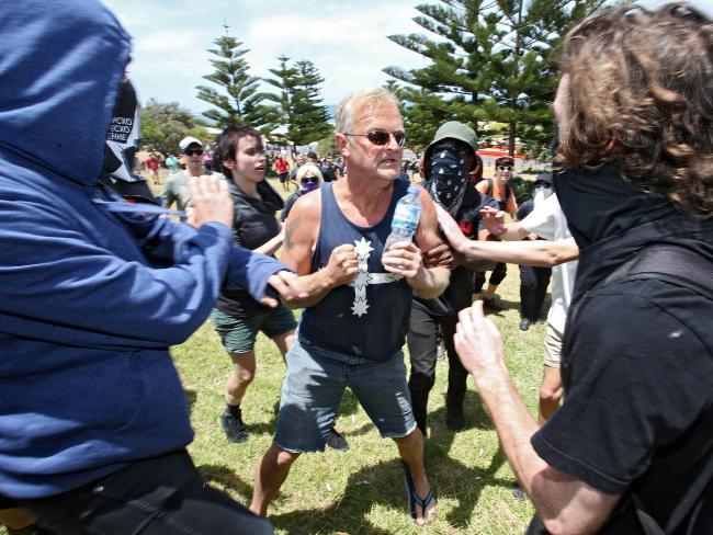 На австралийских расистов напали антифашисты