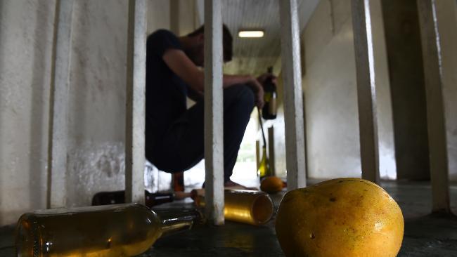 Австралийские заключенные пойманы на изготовлении самогона