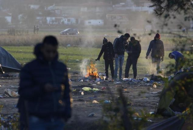 Migrants wait to cross Macedonian-Greek border near Gevgelija