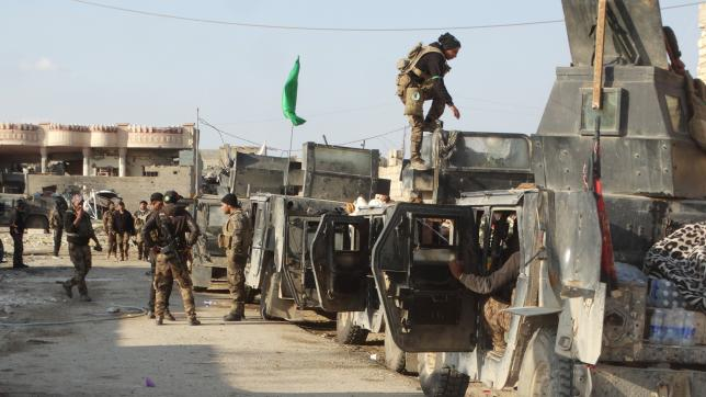 Iraqi security forces gather to advance towards the center of Ramadi city