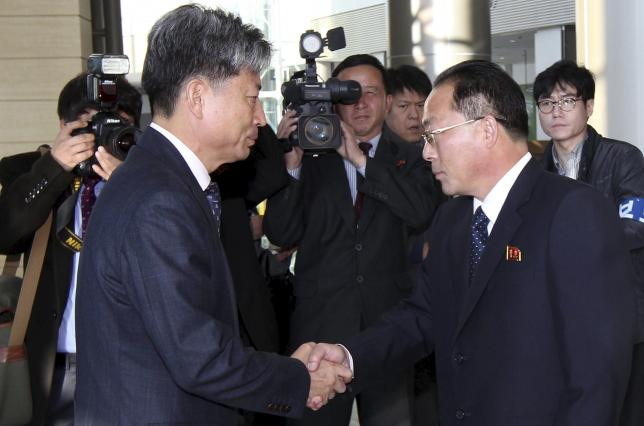 South Korean Vice Unification Minister Hwang Boogi (L) shakes hands with his North Korean counterpart Jon Jong Su before their meeting at the Kaesong Industrial Complex in Kaesong