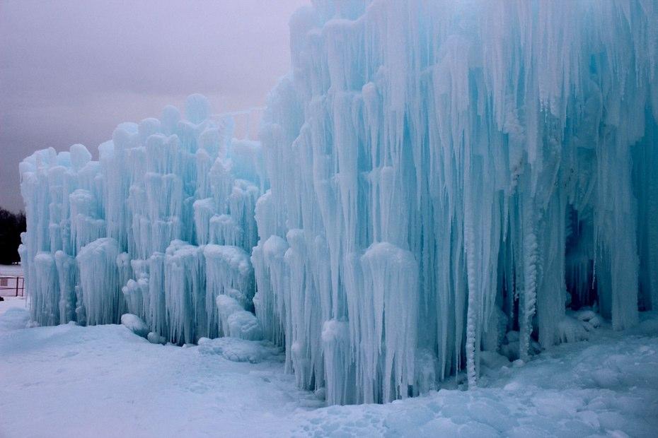 В Эдмонтоне построили дворец с фонтаном из льда