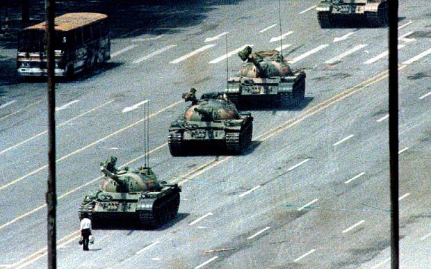 Билл Гейтс продает свое фото «танкист» с площади Тяньаньмэнь