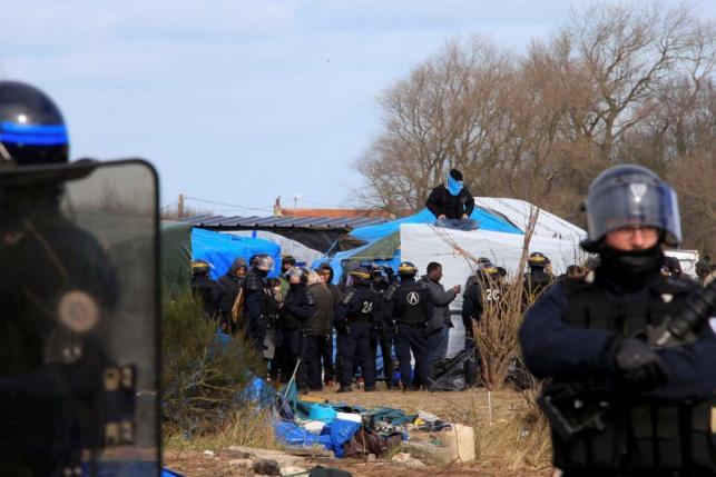 Рабочие нейтрализуют лагерь беженцев в Кале