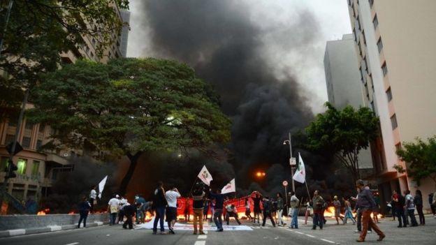 В Бразилии сторонники президента жгут покрышки