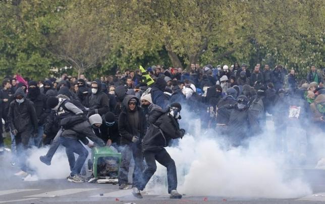 Французское правительство борется с массовыми беспорядками