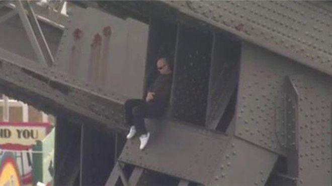 В Сиднее мужчина взобрался на 75-метровую опору моста