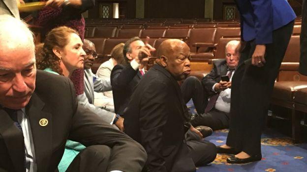 Демократы устроили в Конгрессе сидячую забастовку