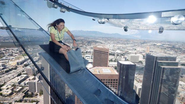 В США построили прозрачную горку на высоте 1000 футов