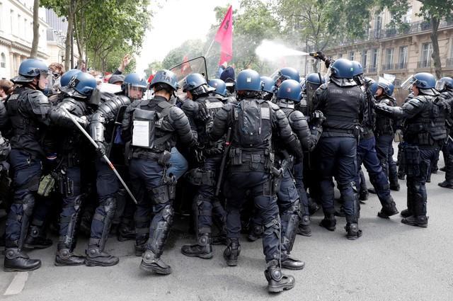 Французский премьер призывает к прекращению забастовок в стране