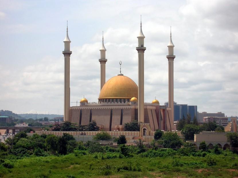В столице Нигерии принудительно закрыли десятки мечетей и церквей