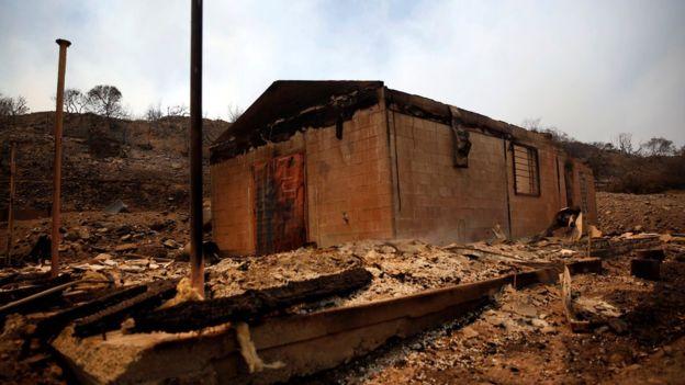 В Южной Калифорнии бушует сильнейший за многие годы пожар