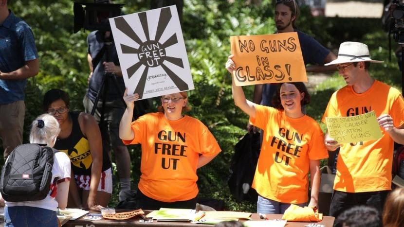 В США студенты с секс-игрушками протестуют против закона об оружии