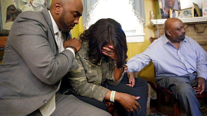 В США полицейский застрелил безоружного чернокожего
