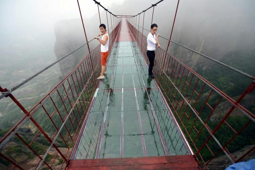 В Китае закрыли стеклянный мост. Тот самый.