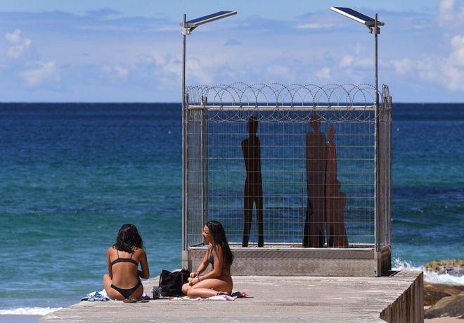 На австралийском пляже проходит выставка современной скульптуры