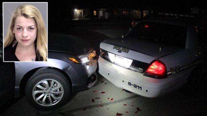 В США студентка делала топлесс-селфи и врезалась в полицейскую машину