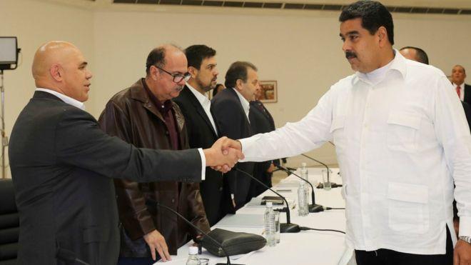 Правительство Венесуэлы и оппозиция сели за стол переговоров