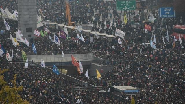 Южнокорейские граждане призывают к смещению президента Пак Кын Хе