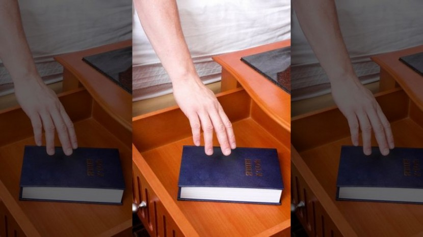 Библия уходит из американских отелей
