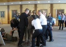 В Австралии протестующие прервали заседание парламента
