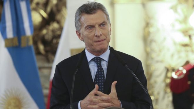 В Аргентине закидали автомобиль президента камнями