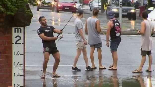 Австралиец «ловил рыбу» в огромной луже от наводнения