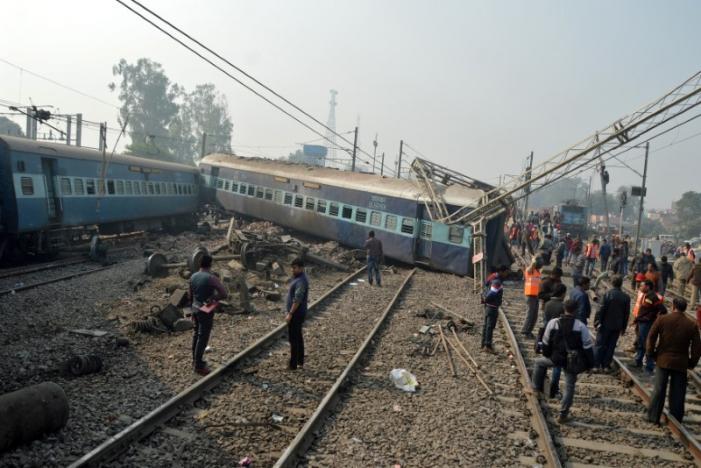 В индийском городе Канпур поезд сошел с рельс