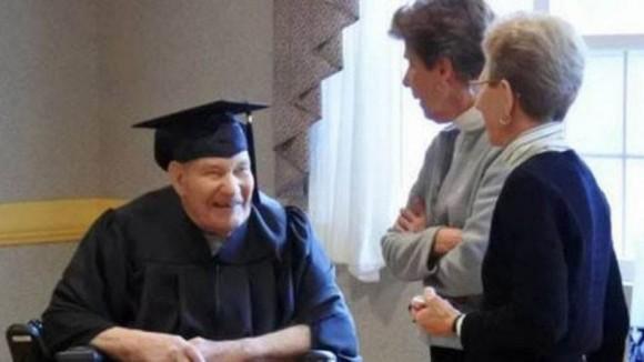 В США 90-летний ветеран окончил школу и получил аттестат