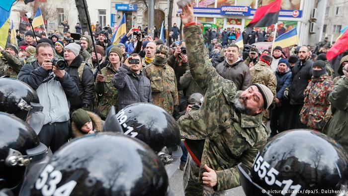 Активисты «Национальной гвардии» пикетируют против российских банков